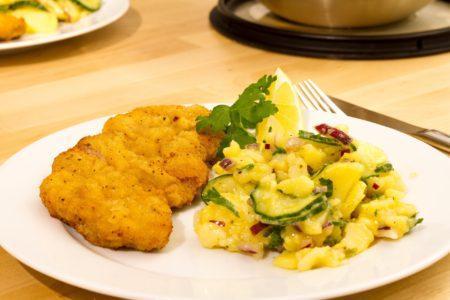 Řízek s bramborovým salátem